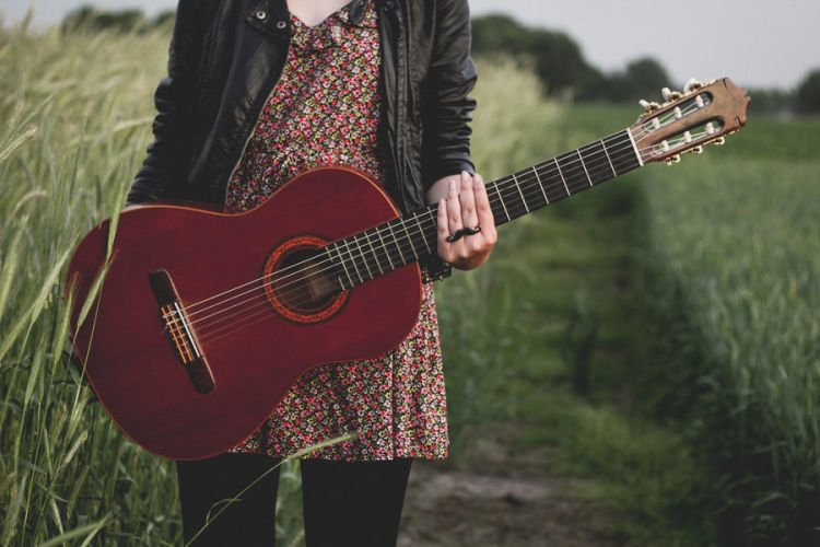 Pilih aku atau gitar?