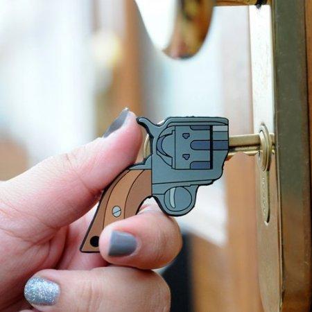 Cara menggunakan kunci sebagai senjata harus hati-hati ya, supaya tanganmu ga terluka...