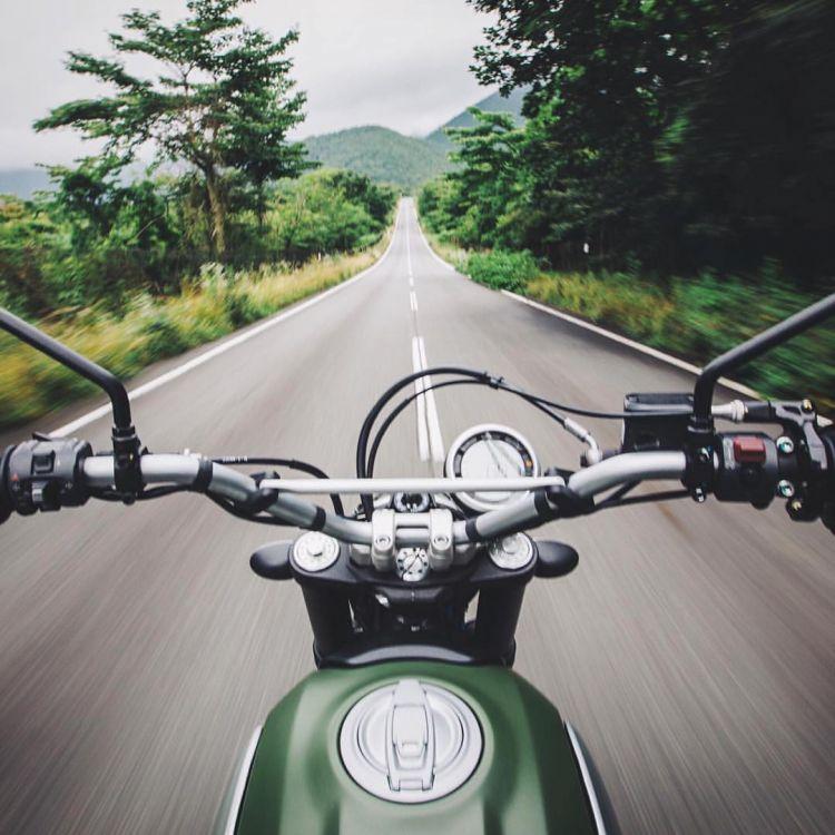 Naik motor keliling kota