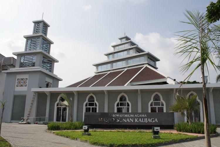 masjid UIN yang tenang dan damai