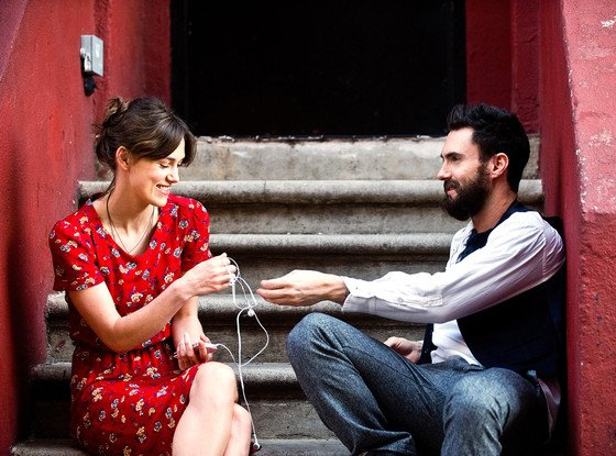 Gretta yang dicampakkan kekasihnya Dave Kohl (Adam Levine)..
