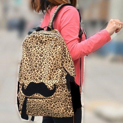 Sesekali kamu bisa bawa tas yang satu ini pas lagi hang out...