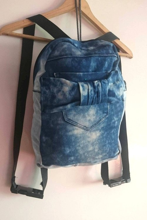 Tas punggung denim dengan warna biru yang sedikit gelap..