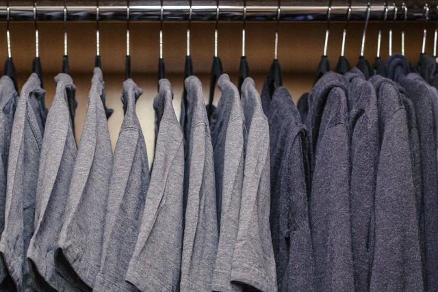 """Pakai baju yang """"itu-itu saja"""". Biar kamu gak gampang belanja"""