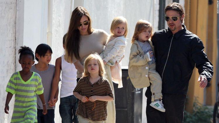Brangelina dan anak-anak mereka. Keluarga bahagia.
