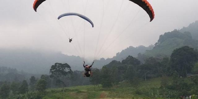 Sensasi Terbang Paralayang Tandem