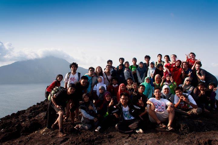 mendaki gunung sambil mengajar anak-anak ala komunitas book for mountain