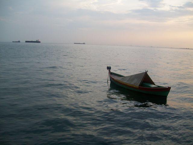 perahu meninggalkan pantai