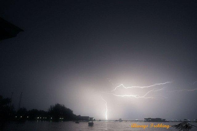 Penampakan badai petir di Derawan.