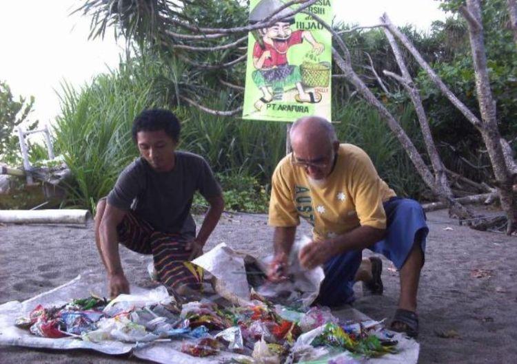 Memungut sampah di Pantai Senggigi
