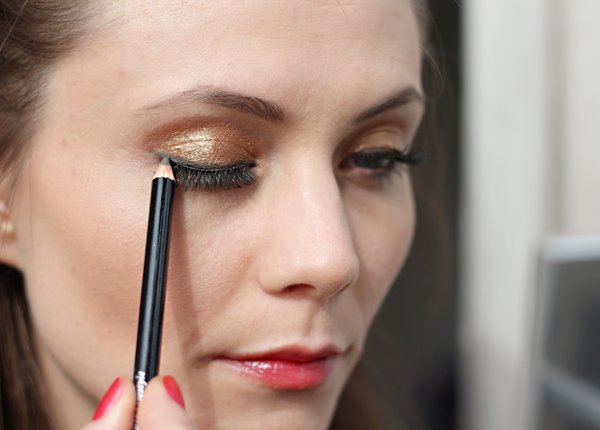 Sapuan terakhir, eyeliner via latestinbeauty.com