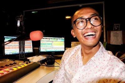 Sekarang Uus juga siaran di salah satu radio ternama. Gantiin sesinya Danang-Darto.