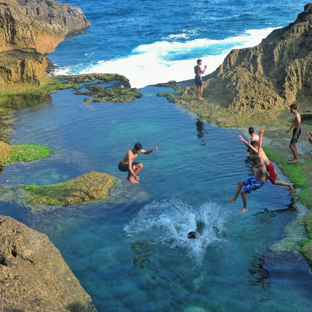 Banyak-yang-menikmati-keindahan-kolam-alami-Pantai-Kedung-Tumpang-ini-dengan-berenang