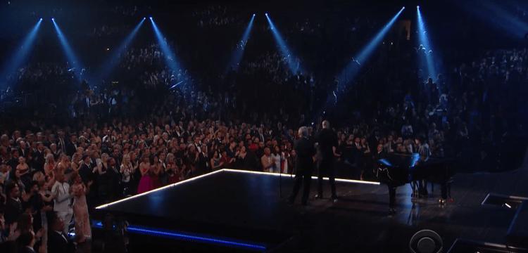 Noh, seluruh audiens pada berdiri dan ngasi tepuk tangan meriah buat dek Joey! Keren!