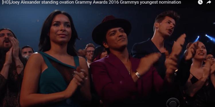 Bruno Mars aja kasi tepuk tangan, loh :D