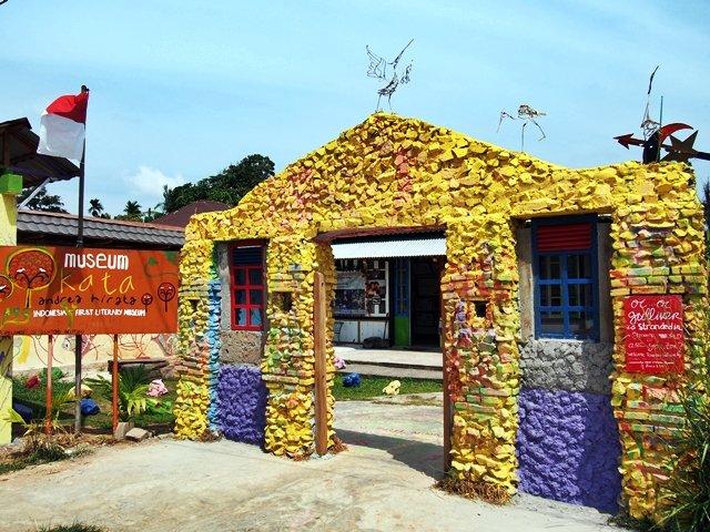 Gerbang unik Museum Kata