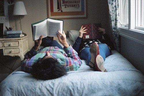 seru-seruan asyik, baca buku berdua juga asyik