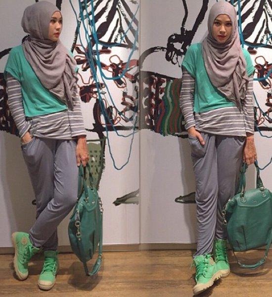 Padukan warna abu dengan hijau toska agar penampilanmu tetap cerah.