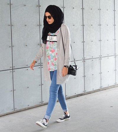 Jeans bisa banget dipadukan dengan sweater.