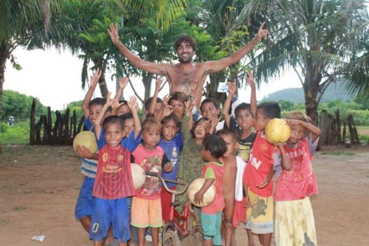 Carlos Ferrandiz mengajar di Sumbawa