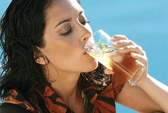 panas-panas minum es teh tetap bisa kamu lakukan meski sedang haid