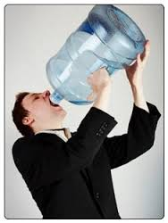 kamu minum dari gelas, dia minum dari galon. Orang memang beda-beda