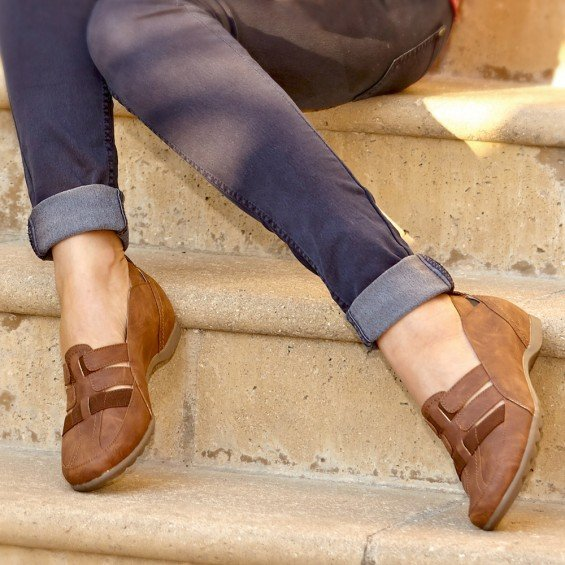 Sepatu cokelat ini khusus buatmu yang aktif.