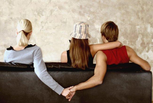 Untuk Orang Ketiga Dalam Kisah Cintaku Ketahuilah Bahwa Di Balik Kebahagiaanmu Ada Hati Yang Sangat Terluka