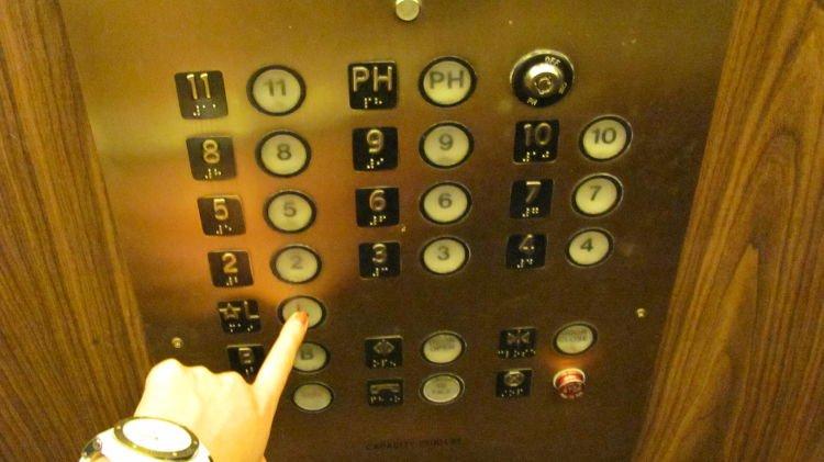 membantu orang menekan tombol lift apa salahnya?