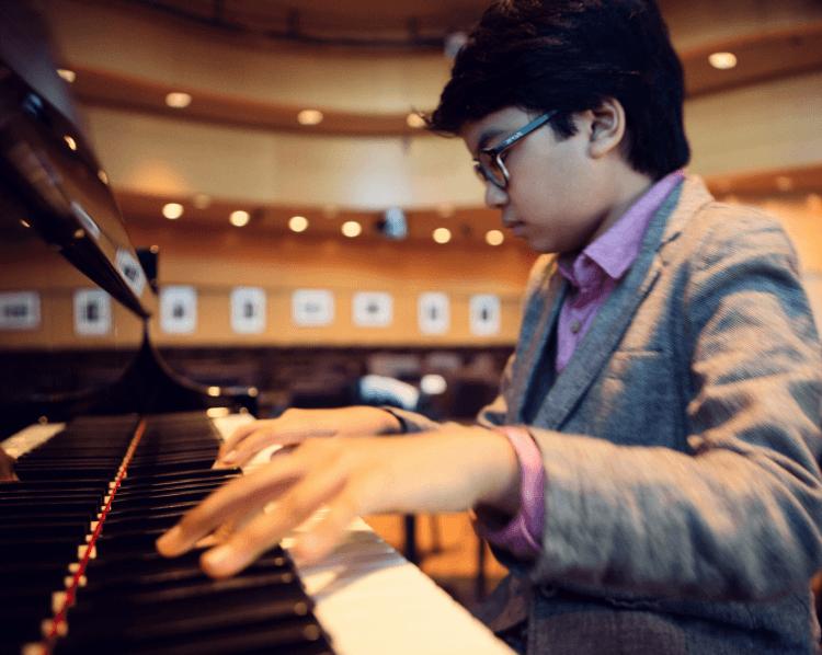Pianist muda dan keren, nih