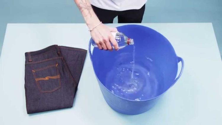Noda jeans-mu bisa kok diatasi dengan alkohol dan bahkan dengan es!