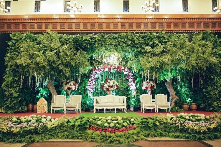Untuk dekorasi bisa kamu sesuaikan dengan tema pernikahanmu.