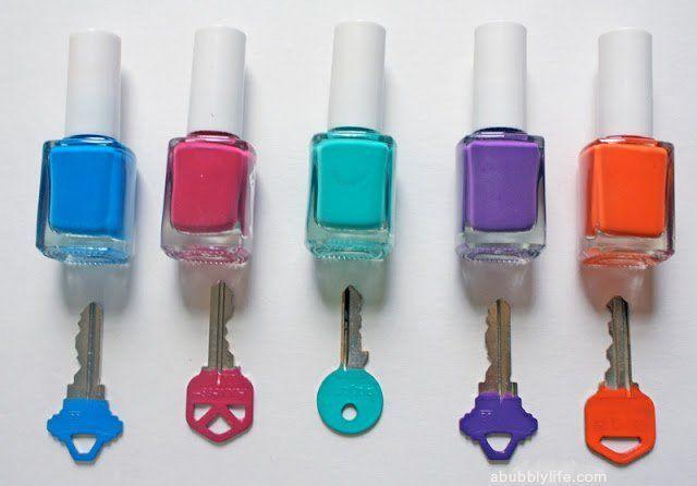 Warnai kunci pakai kutek berwarna