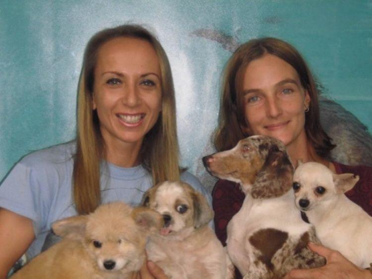 Karen (kiri) sangat peduli pada anjing-anjing terlantar