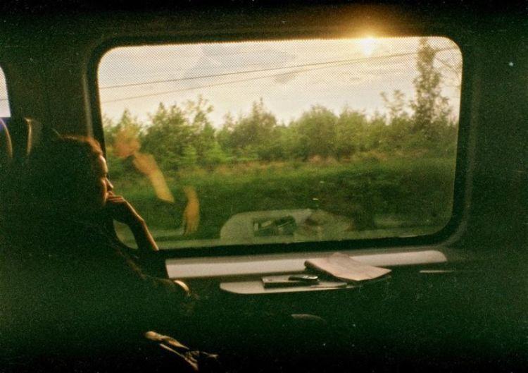 duduk di kereta lihat ke jendela? nangis!