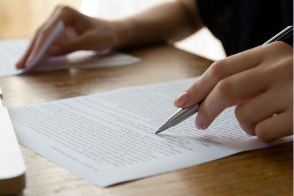 diperlukan ketelitian dan ketahanan matamu saat menjadi proofreader