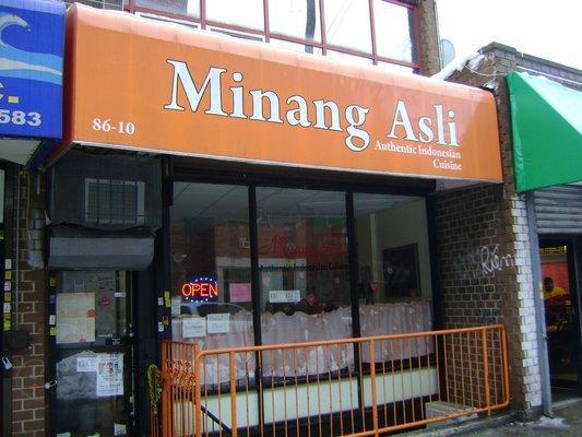 Restoran Padang di Whitney Avenue, Elmhurst, New York. Jarang banget 'kan yang tulisannya pakai Minang ;(