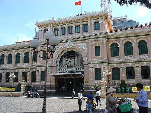 Saigon Post Office yang berarsitektur klasik.