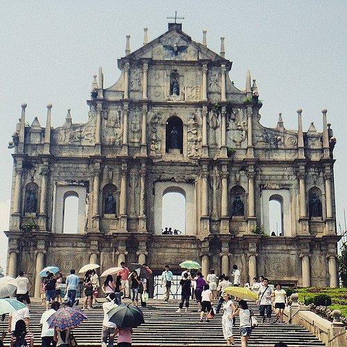 Jangan lupa berselfie di katedral ternama ini ya.