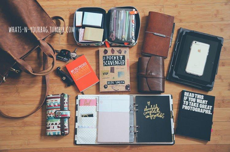 berbagai macam buku catatan kecil ada di dalam tasmu