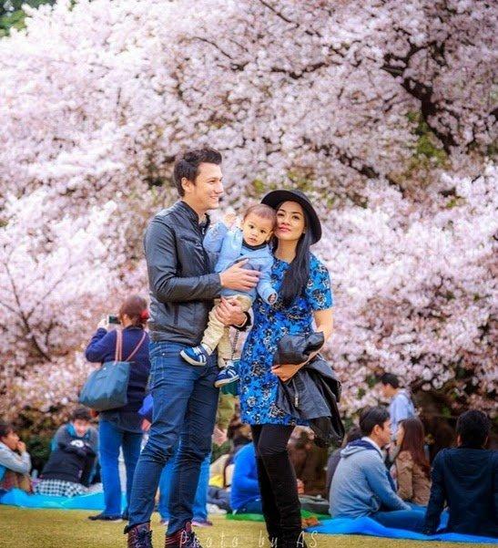 Romantisnya Tian dan Tikam saat berlibur bersama Juna, putra mereka.