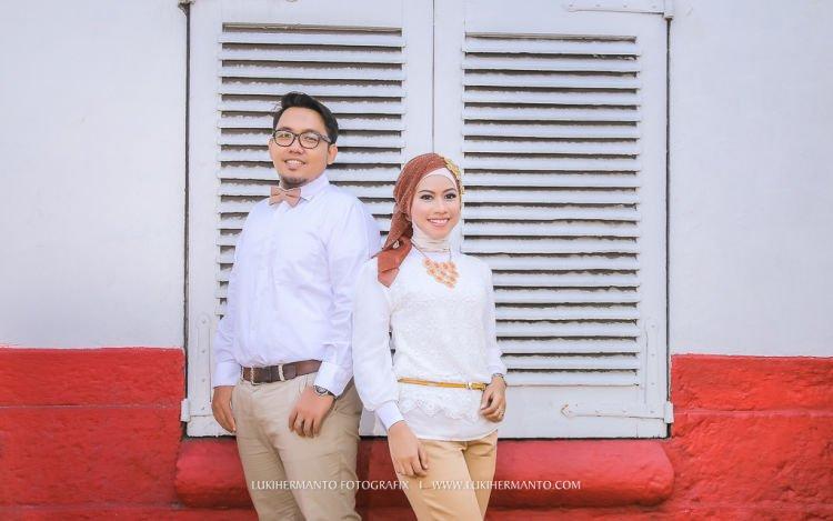 kemeja dan blouse putih tak pernah gagal membuatmu tampil menawan