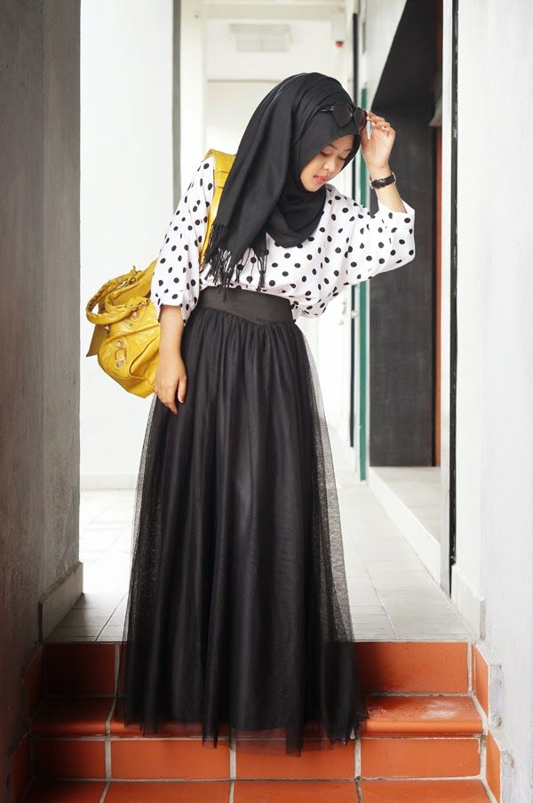 tas kuning terlihat bagus dengan busana hitam