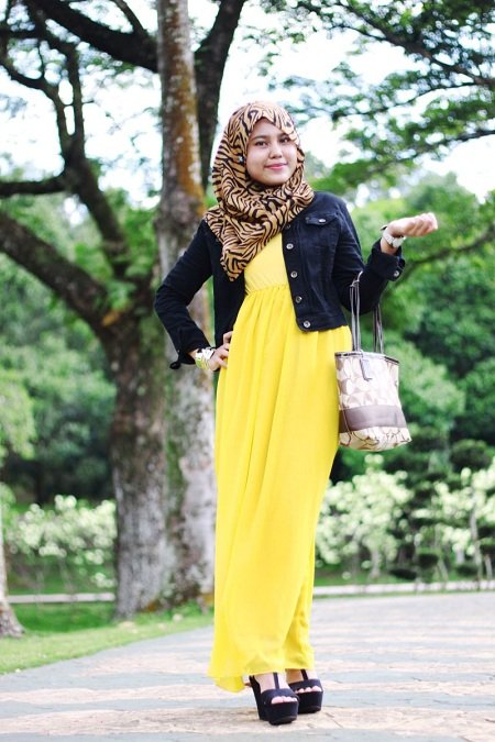 dress kuning plus jaket jeans, oke juga