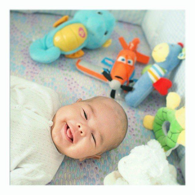 Putra pertama mereka, Riendra lahir. Semakin melengkapi kebahagiaan mereka.