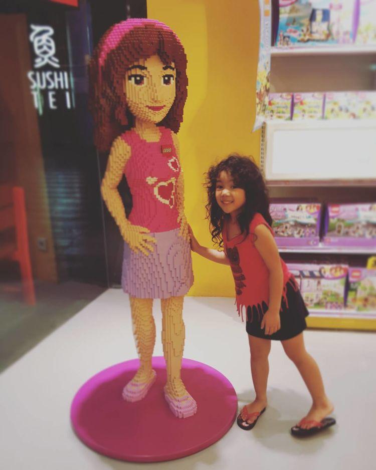 Foto bareng dengan patung girly.