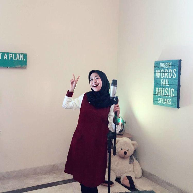 Long outer dipadukan dengan hijab hitam. Cantik yang sederhana.