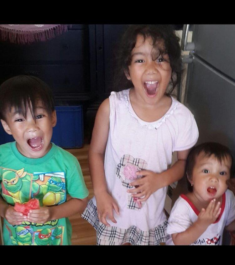 Leticia nampak akur dengan kedua adiknya.