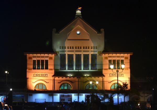 stasiun cirebon di waktu malam
