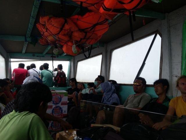 Suasana kapal publik di sekitar Pulau Gili
